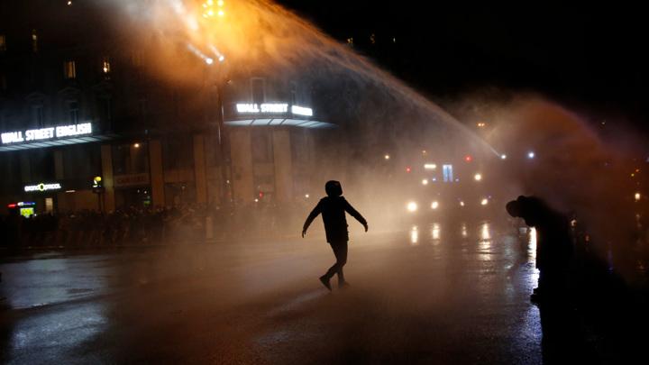Париж: водометы и газ против бутылок и петард