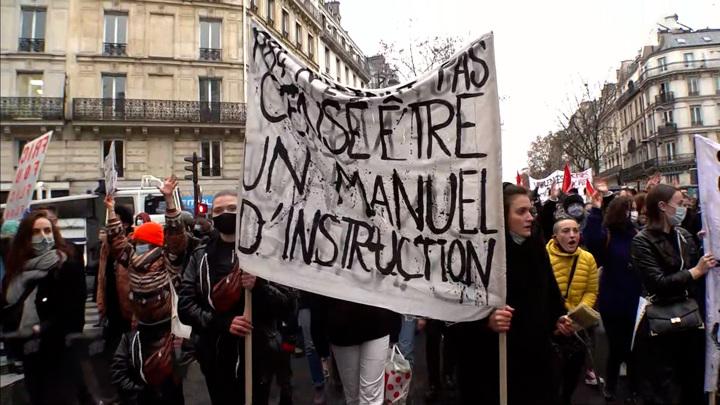 Протест и недовольство стали тем немногим, что объединяет французов