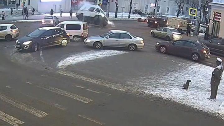 В Калуге скорая помощь упала на бок после столкновения с такси. Видео