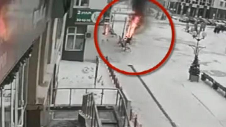 В Ханты-Мансийске подросток сжег елку в центре города