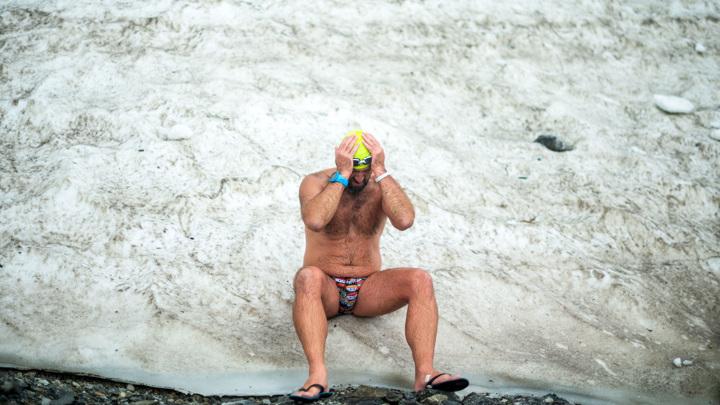 Житель Франции установил рекорд для книги Гиннесса, просидев во льду 2,5 часа