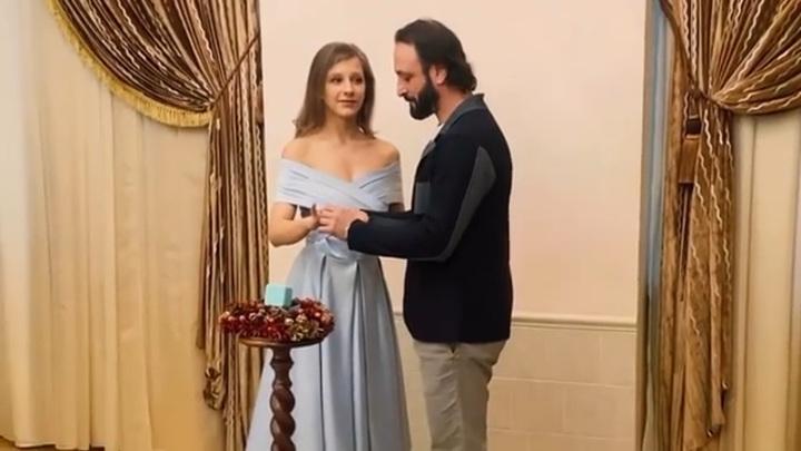 Коронавирус им не помешал: 10 пар, сыгравших свадьбу в 2020-м
