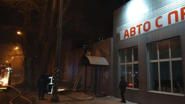 Крупный пожар произошел в подмосковном автосалоне