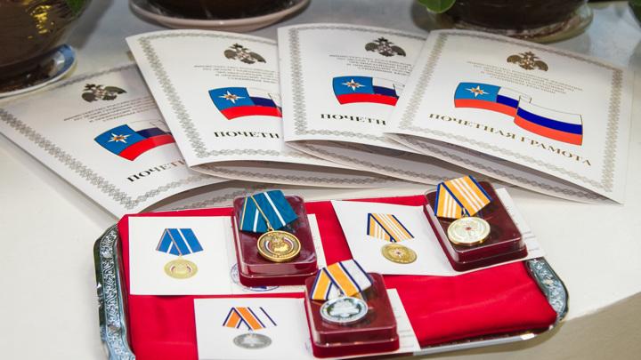 Омским добровольцам вручили награды МЧС России