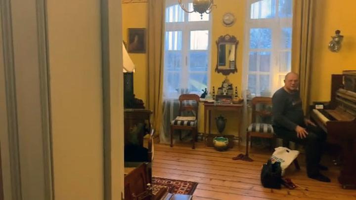Историк моды Александр Васильев выкупил у антиквара старинное пианино с клавишами из  слоновой кости
