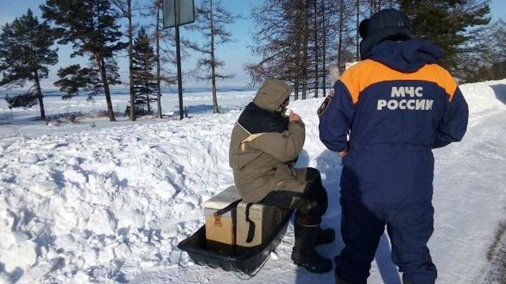 Спасательная операция: на Байкале сняли двух рыбаков с дрейфующей льдины