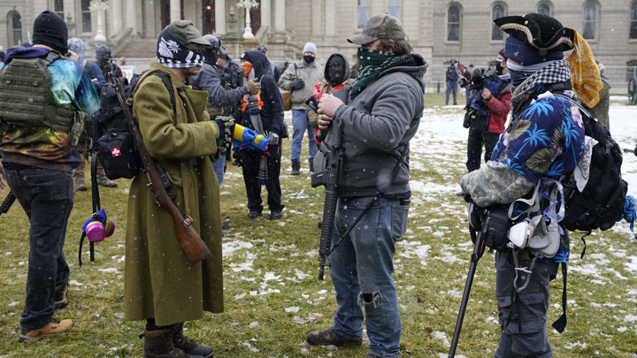 В Мичигане десятки американцев с оружием пришли к зданию парламента