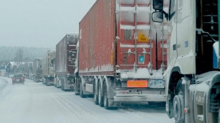 """Большое количество грузовиков скопилось на трассе """"Байкал"""" из-за непогоды"""