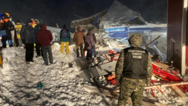 На Домбае поиски людей на месте схода лавины приостановлены до утра