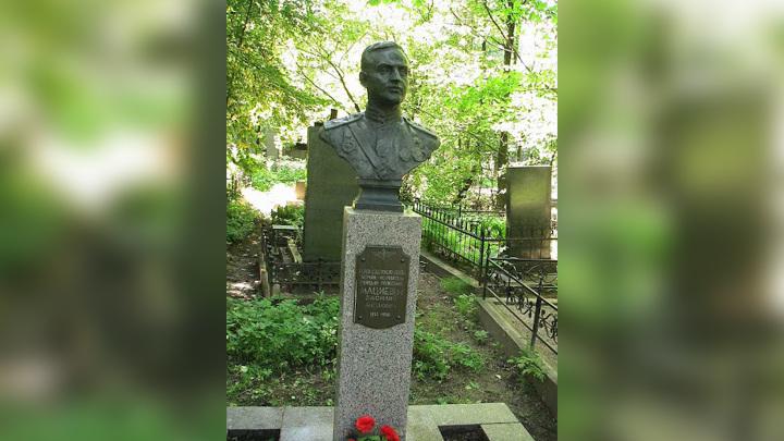 С петербургского кладбища вынесли бюст Героя Советского Союза
