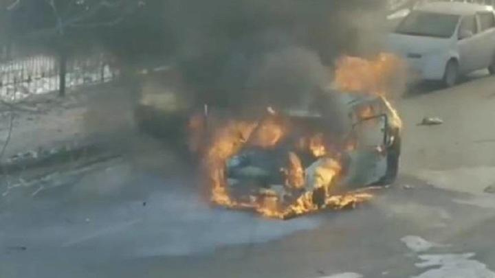 Движение перекрыто: во Владивостоке посреди дороги вспыхнул автомобиль
