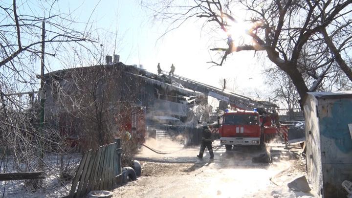 Пострадавшую во время пожара в бараке девочку перевели в реанимацию