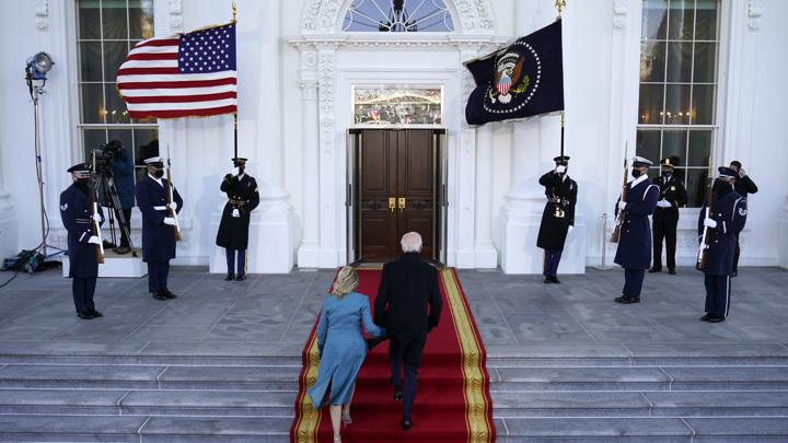 Новый президент США прибыл в Белый дом