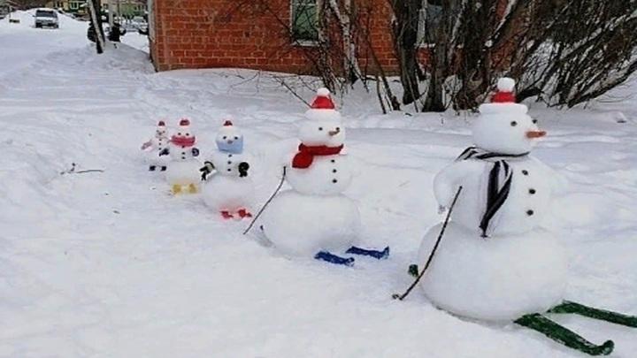 В Рыбинске на прогулку вышла семья снеговиков