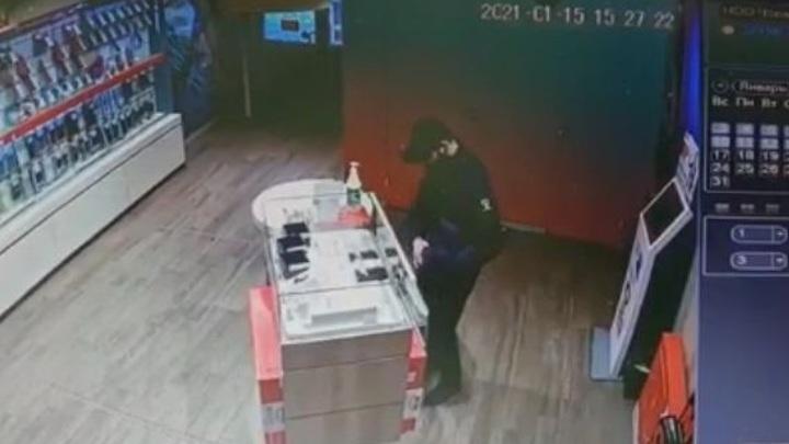 Кража дорогих часов в Ставрополе попала на видео