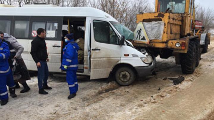 В Вологорадской области пассажирский микроавтобус столкнулся с автогрейдером
