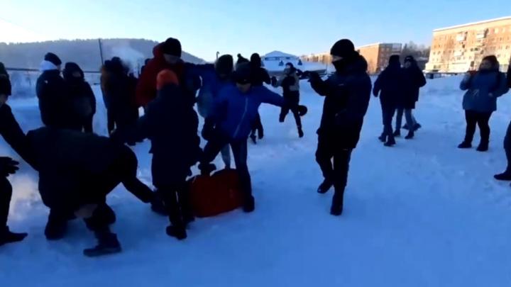 Десятки подростков на камеру избили сверстников из соседнего поселка в Кемеровской области