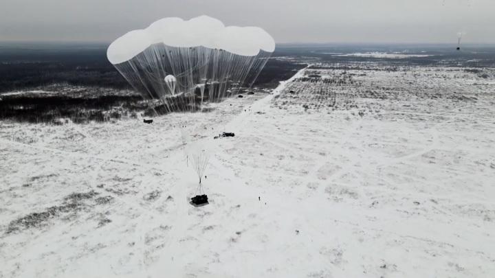 14 тонн на парашютах: военные показали массовое десантирование