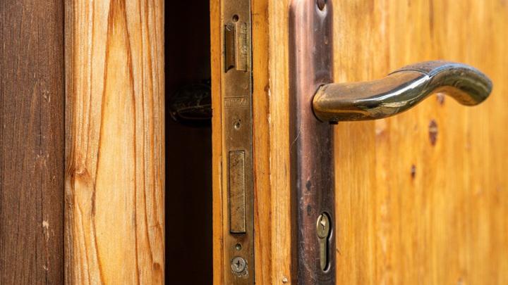 Под Тверью мужчина обнаружил соседку мертвой и обокрал ее квартиру