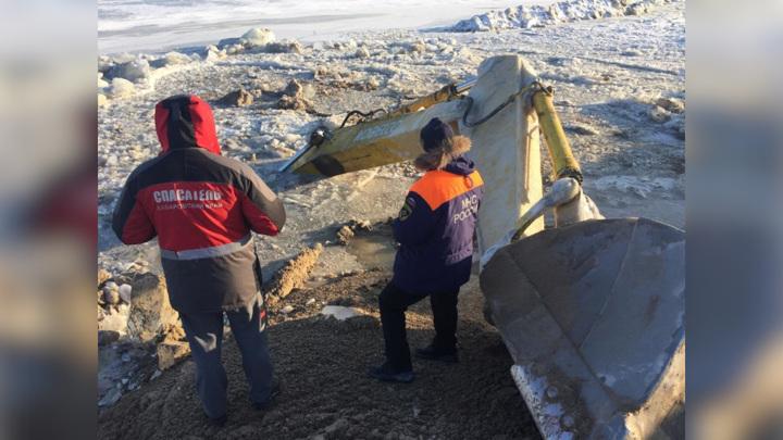 На реке Амур экскаватор провалился под лед вместе с водителем