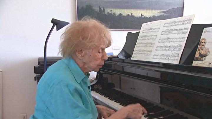 106-летняя пианистка выпустила альбом классической музыки в своем исполнении