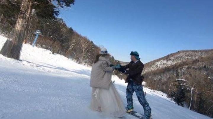 Во Владивостоке молодожены исполнили романтический танец на сноубордах