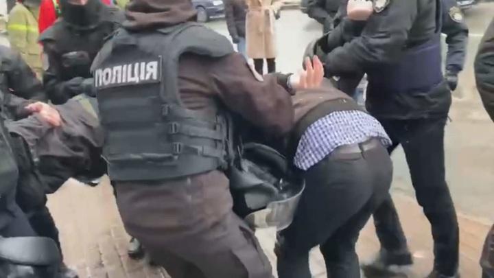 """В Киеве националисты пытаются прорваться в здание телеканала """"Наш"""""""