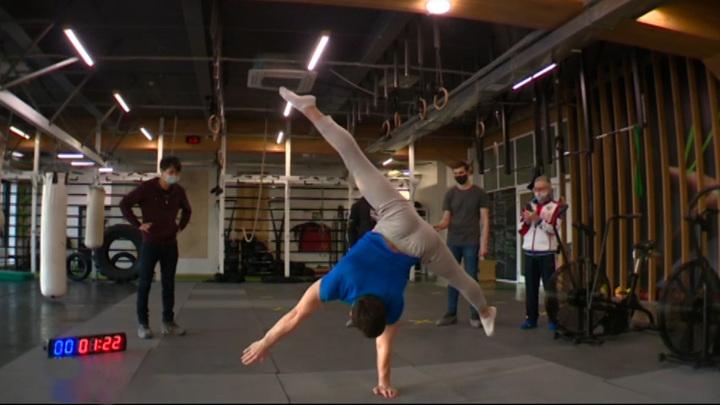 Иркутский атлет попытался попасть в книгу рекордов Гиннесса, простояв минуту на одной руке