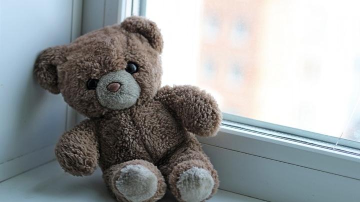 Выпавшая из окна после беседы с матерью школьница скончалась в больнице