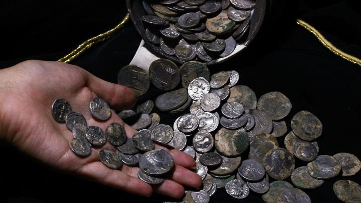 Клад содержит сотни прекрасно сохранившихся монет.
