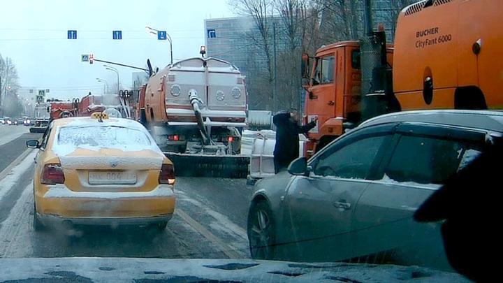 Московский водитель напал на машину дорожных служб и перекрыл дорогу. Видео