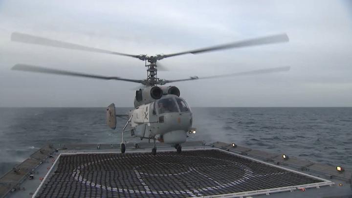 Российские вертолетчики показали, как садиться на боевой корабль