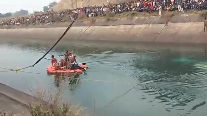 Автобус с полусотней пассажиров утонул в канале в Индии