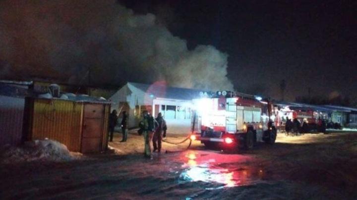 В Самаре тушат крупный пожар на продуктовом рынке