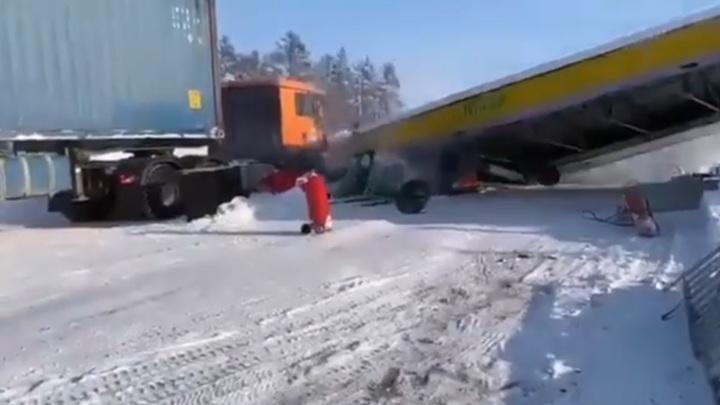 Фура разрушила заправку в Якутии. Видео