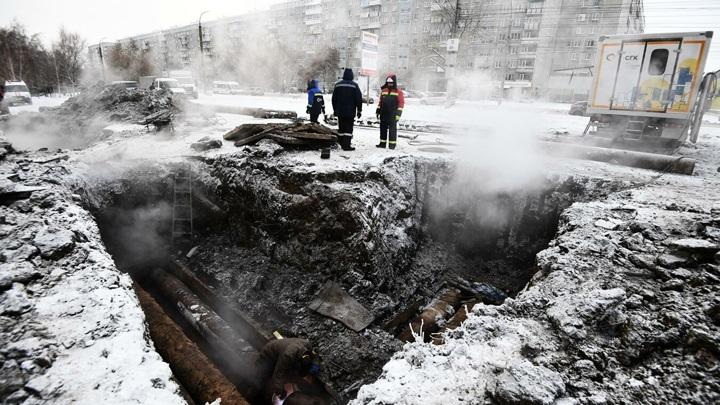 Специалисты устраняют дефекты на теплотрассе в центре Новосибирска