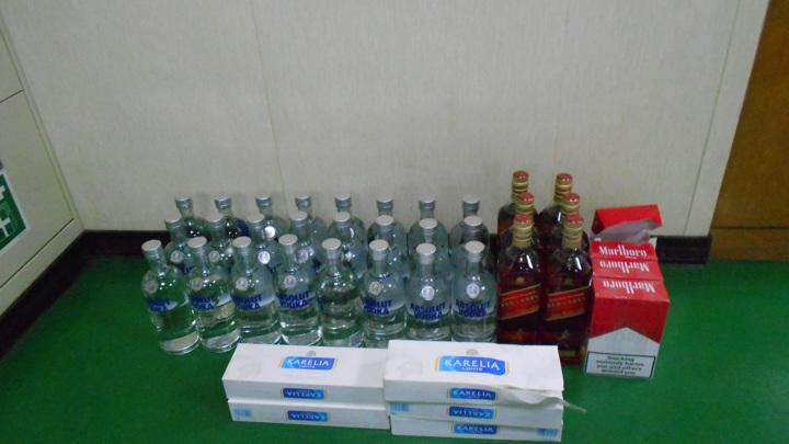 В Мурманске на иностранном судне изъяли контрабанду сигарет и алкоголя