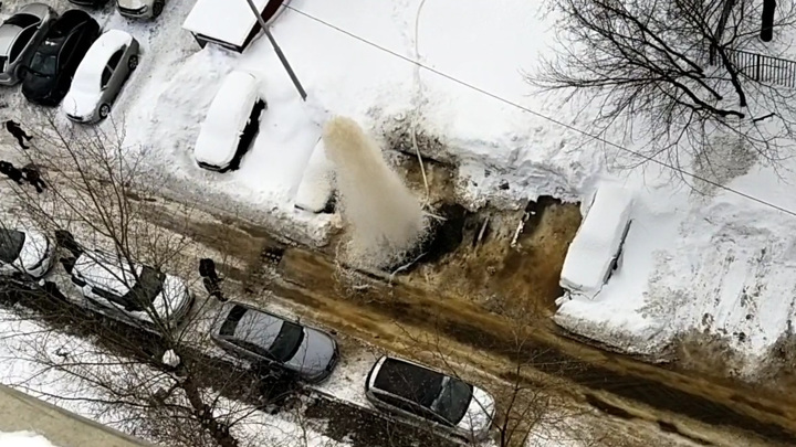 На юге Москвы из-под земли забил двухэтажный фонтан. Видео