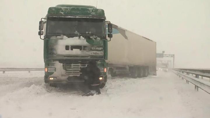 В Крыму на помощь застрявшим в снегу автомобилистам пришли военные