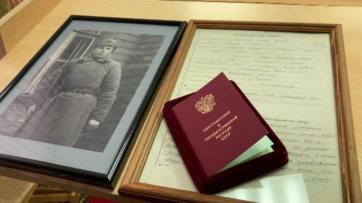 Военком Москвы вручил сыну фронтовика документы на награды погибшего отца