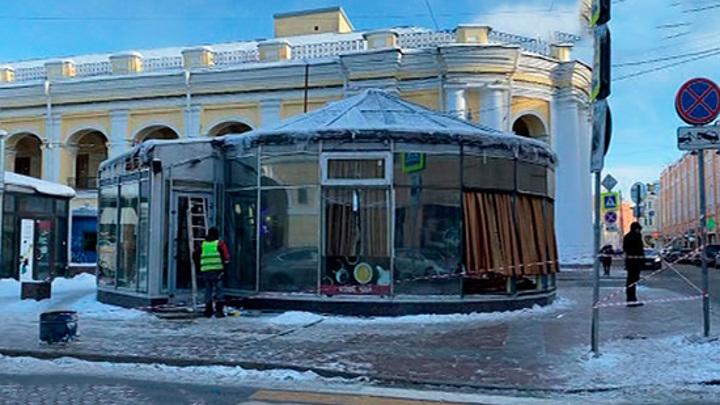 У Гостиного двора демонтировали кафе, которое простояло 20 лет