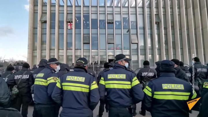 Вооруженный человек ворвался в филиал Банка Грузии в Тбилиси