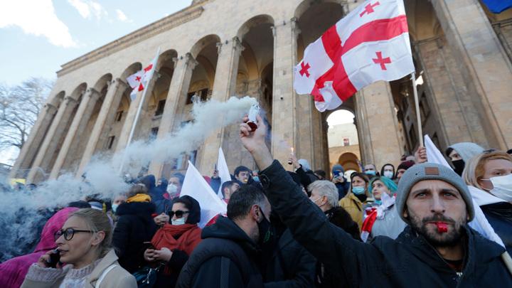 Грузинских оппозиционеров с подушками и дверями разогнали газом