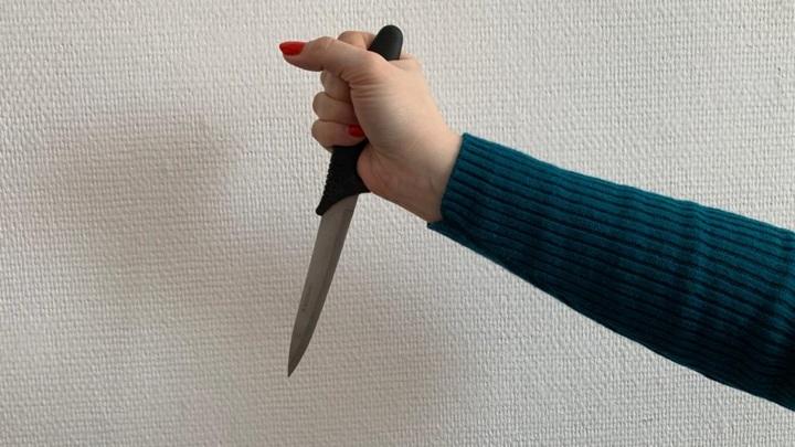 """Женщина насмерть """"успокоила"""" ножом буйного соседа"""