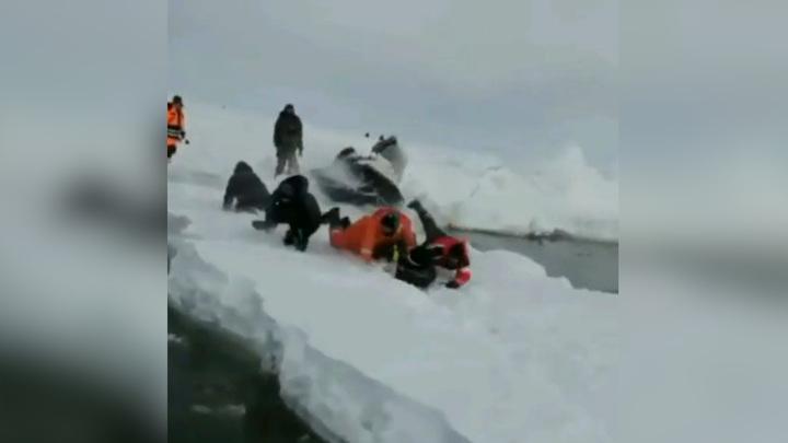 Десятки снегоходов с рыбаками прыгают через расколовшийся лед на Сахалине