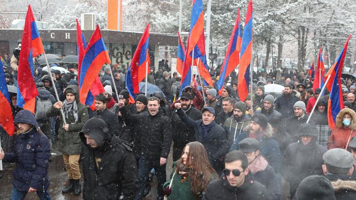 Оппозиционеры в Ереване провели вторую ночь у парламента