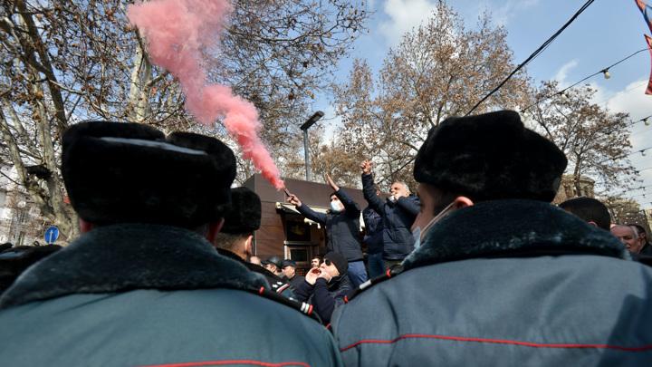 В центре Еревана начали расти баррикады