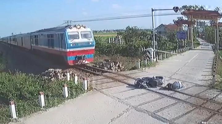 Сбитый шлагбаумом байкер чудом не угодил под колеса поезда