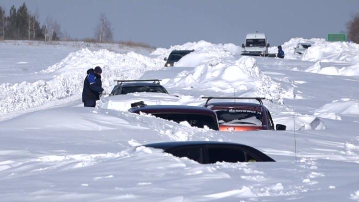 Машины вмерзали в снег: мощный буран на Урале