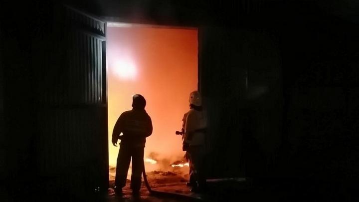 В Липецкой области ночью горел склад с зерном